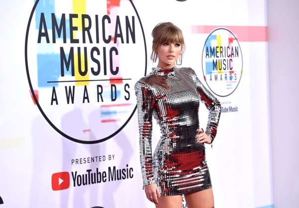 TAYLOR IS NOW THE MOST DECORATED FEMALE ARTIST IN AMAs HISTORY